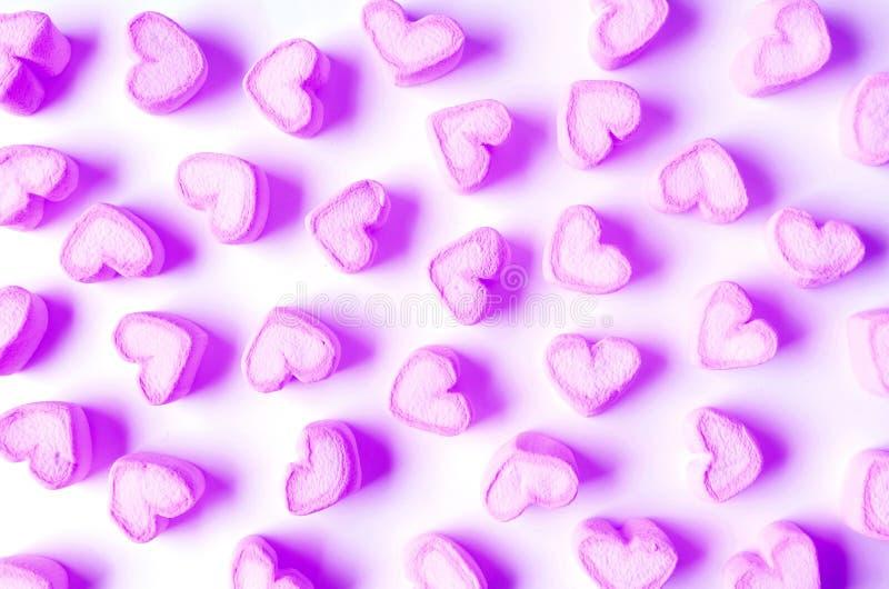 Wibrujący i Pastelowi Purple Heart Marshmallow Kształtni cukierki Rozpraszający na Białym tle fotografia royalty free