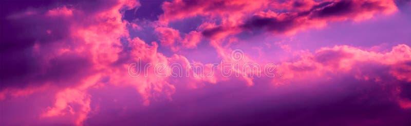 Wibrujący zmierzch chmurnieje fotografię przy półmrokiem zdjęcie stock