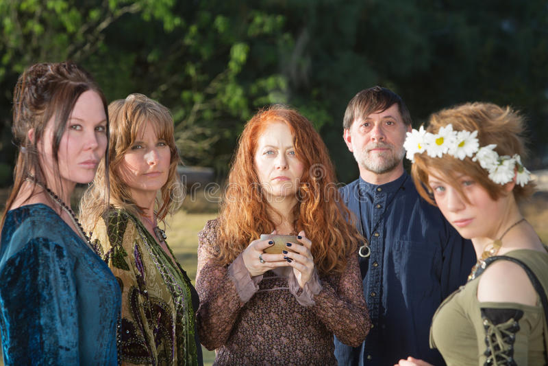 Wicca folk med rökelsebunken royaltyfri fotografi