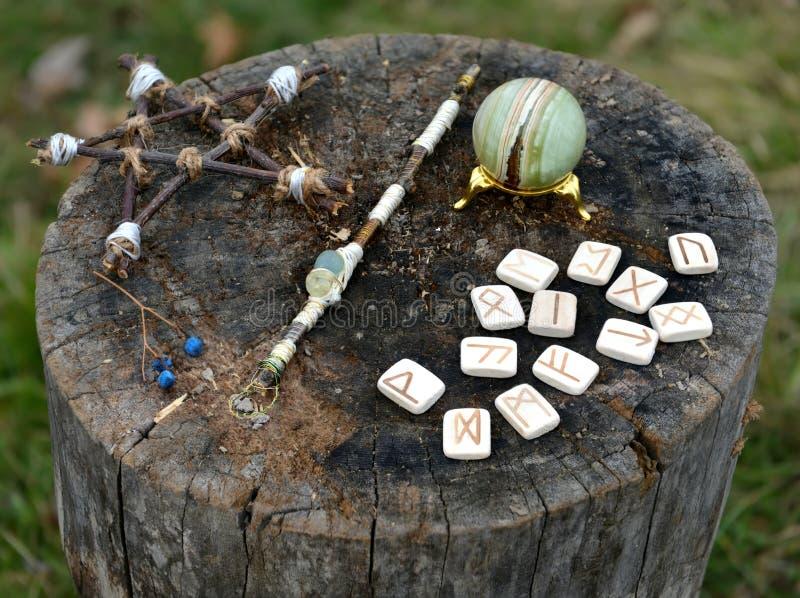 Wicca magische voorwerpen, pentagram, runen en kristallen bol royalty-vrije stock afbeeldingen