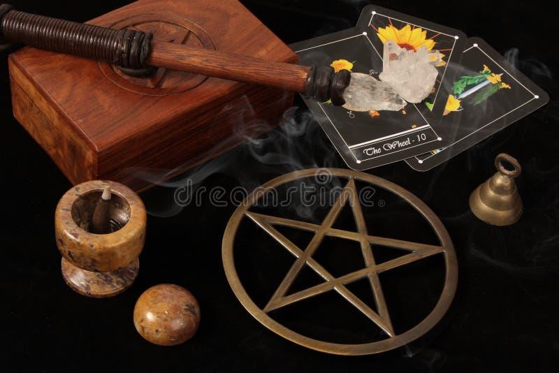 Wiccan Nachrichten und Tarot Karten lizenzfreies stockbild