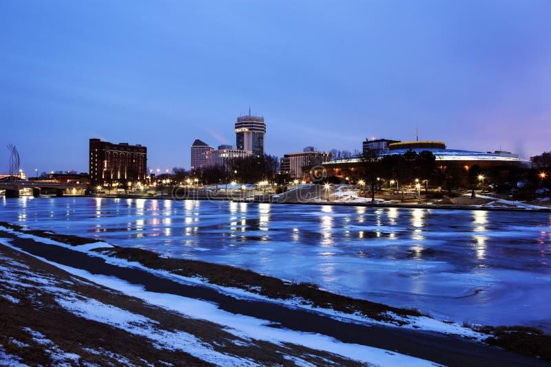 Wichita, Kansas através do rio congelado fotografia de stock royalty free