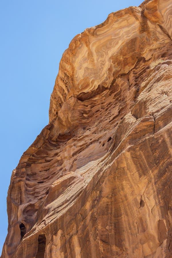 Wickeln Sie geschnitzte Felsen im oberen Teil des Siq lizenzfreies stockfoto