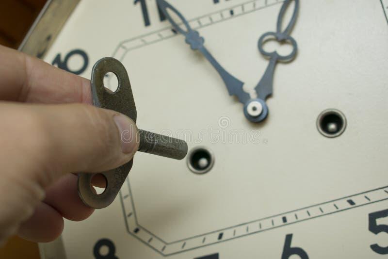 Wickeln Sie oben den Uhrmechanismus der alten Pendeluhr stockbilder