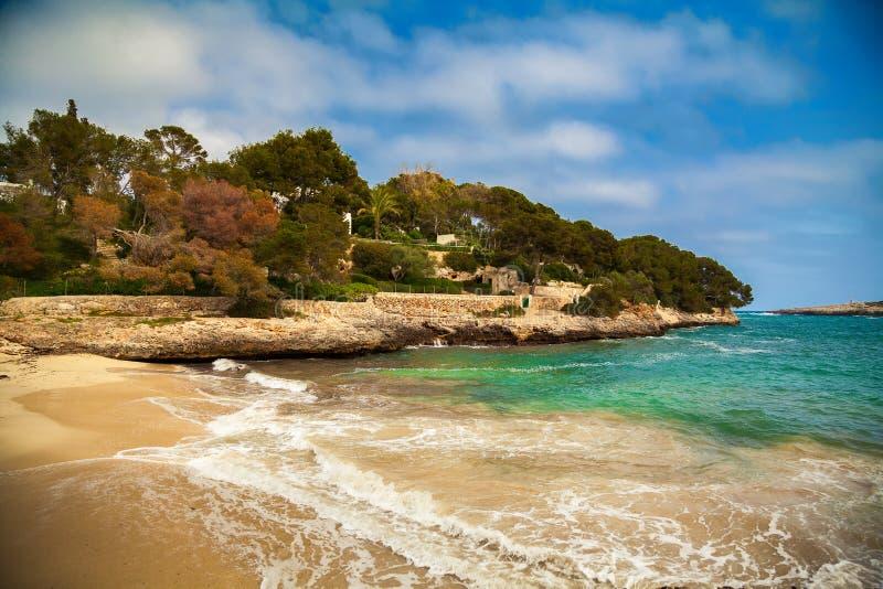 Wickeln Sie und Wellen am Strand Cala Gran lizenzfreie stockfotos