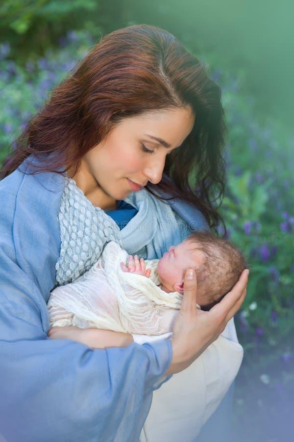 Wickelt Baby Jesus in Mary-` s Händen lizenzfreie stockfotos