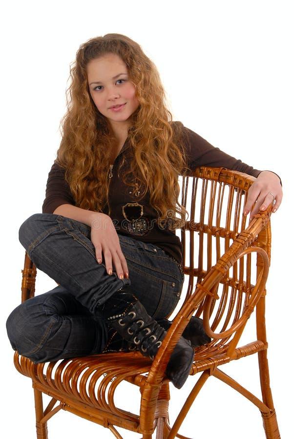 wicker девушки стула стоковые фотографии rf