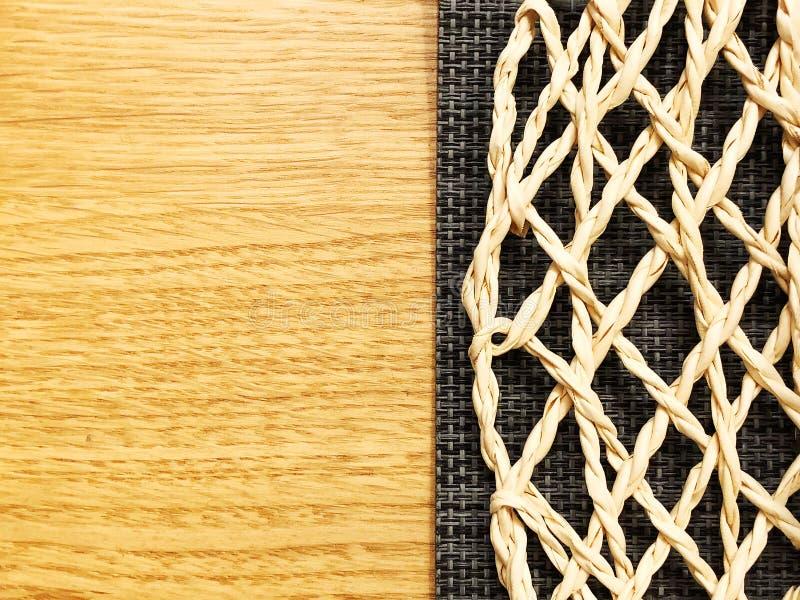 Wickerwork σε ένα ξύλινο καφετί υπόβαθρο Στενή όψη στοκ φωτογραφία