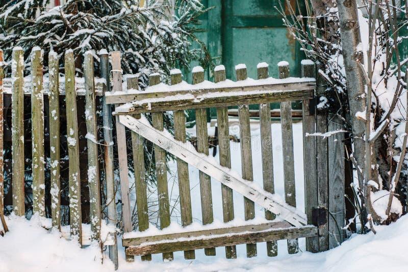 Wicket viejo cubierto por contryside de la nieve fotografía de archivo libre de regalías