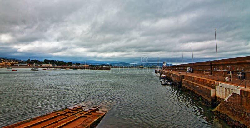 Wicklow-Hafen-Boots-Produkteinführungs-folgende Nord-Pier Breakwater-Wand und -leuchtturm stockbilder