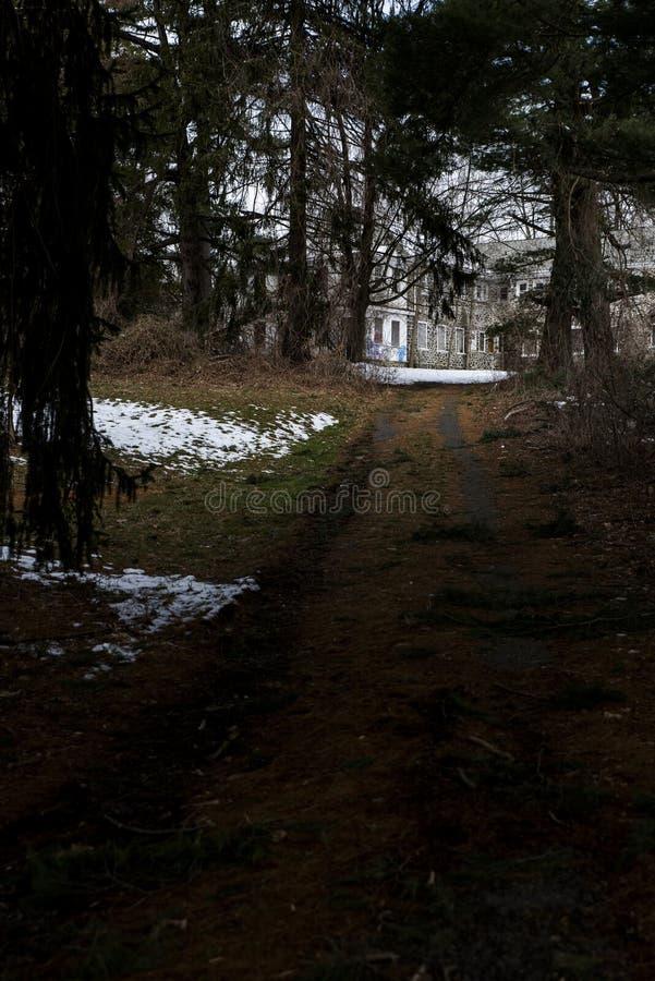 Wicklungs-Schotterweg - verlassene Sleighton-Bauernhof-Schule - Pennsylvania stockfotografie