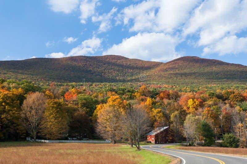 Wicklungslandstraße durch die Catskill-Berge von New York lizenzfreie stockfotografie