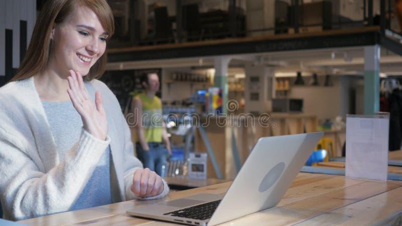 Wideo gadka w kawiarni na laptopie młodą kobietą, Ruchliwie Opowiadać fotografia stock
