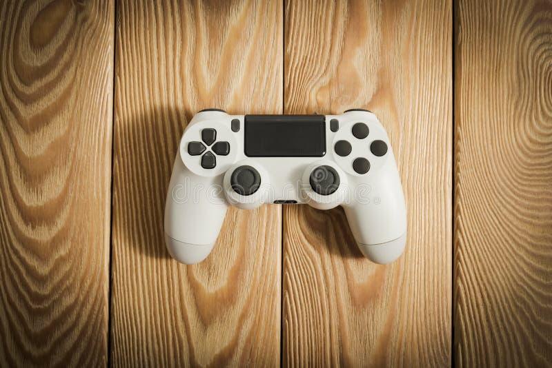 Wideo gry kontroler na drewnianym stole zdjęcia stock