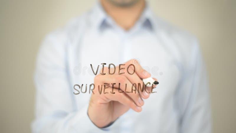 Wideo inwigilacja, mężczyzna writing na przejrzystym ekranie obraz royalty free