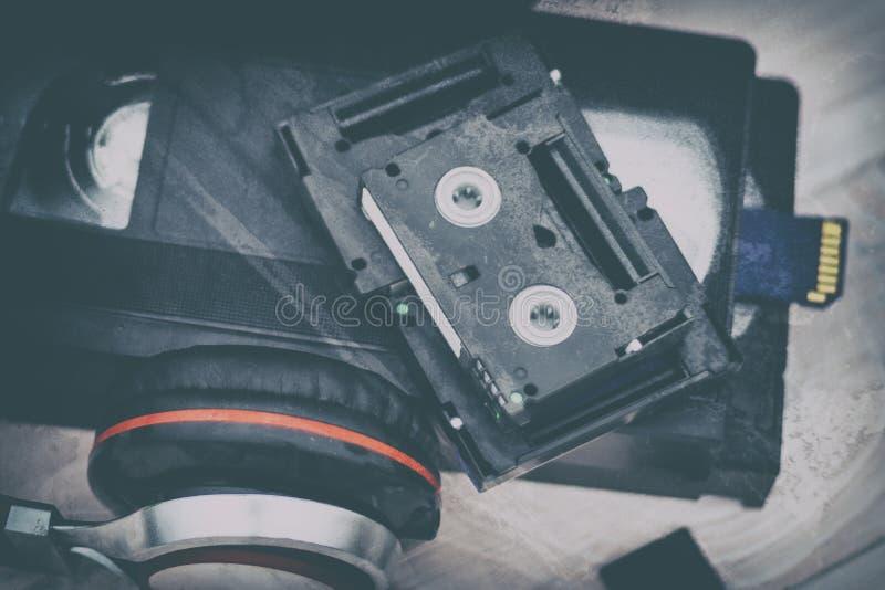 Wideo jest duży i mały Karta pamięci nagrywać wideo Pojęcie doskonalić wideo składowa technologia Na biały tle zdjęcie royalty free
