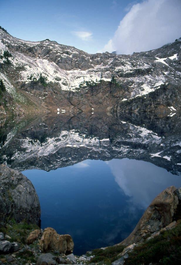 Widergespiegelter alpiner See stockbilder