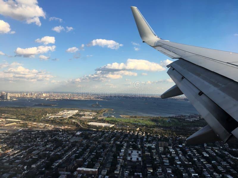 Widoczny przez okno latający samolot zdjęcia stock