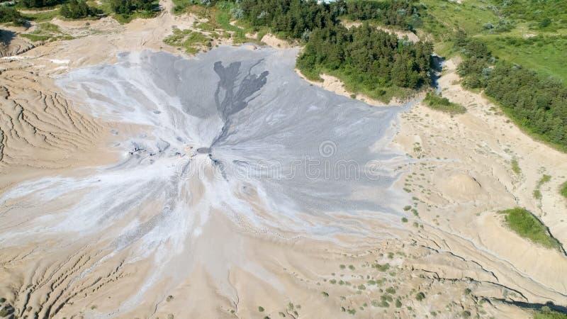 Widoków z lotu ptaka borowinowi wulkany kształtują teren widoku widok z lotu ptaka w Buzau Rumunia z góry obrazy stock