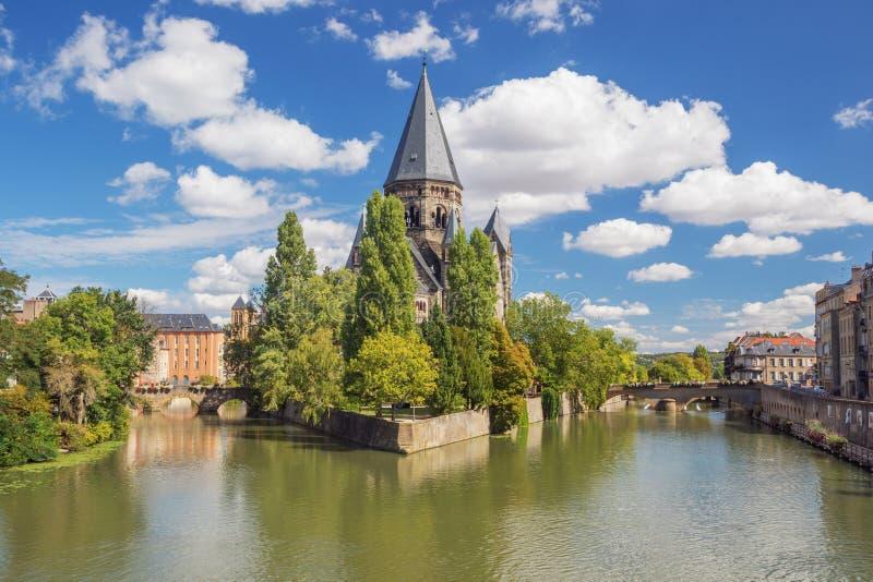 Widok Świątynny Neuf na swój wyspie w Moselle zdjęcia stock