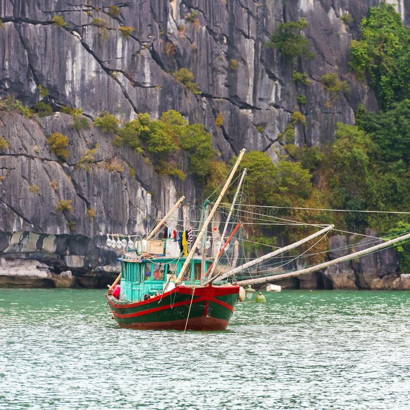 Widok łódź wśród skał w Halong zatoce, Wietnam Odbitkowa przestrzeń dla teksta obrazy royalty free
