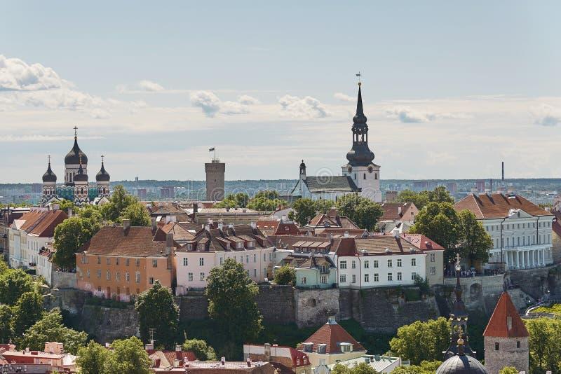Widok ścienny otaczania centrum miasto Tallinn w Estonia i Aleksander Nevsky katedrze fotografia stock