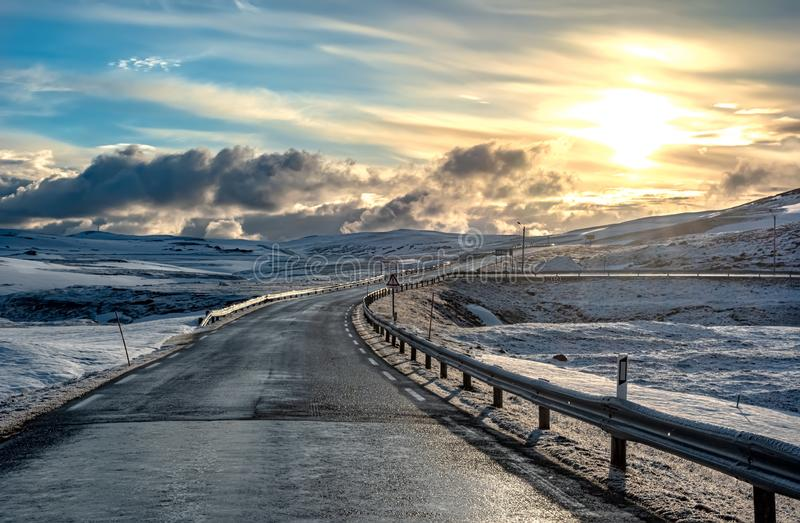 Widok śnieżysta zimy droga w północy Norwegia z niebieskim niebem zdjęcia stock
