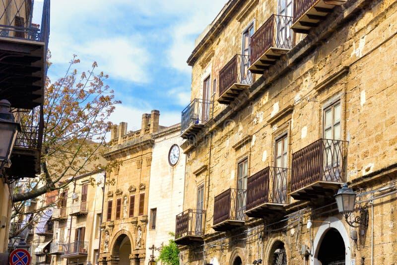 Widok Średniowieczni domy w Cefalu w Sicily, Włochy fotografia royalty free