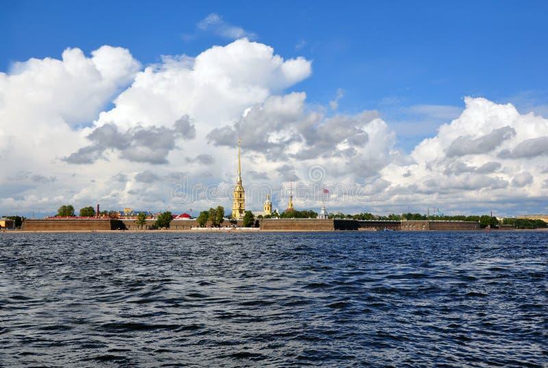 Widok Świątobliwy Petersburg od Neva rzeki. Paul Dla i Peter zdjęcia royalty free