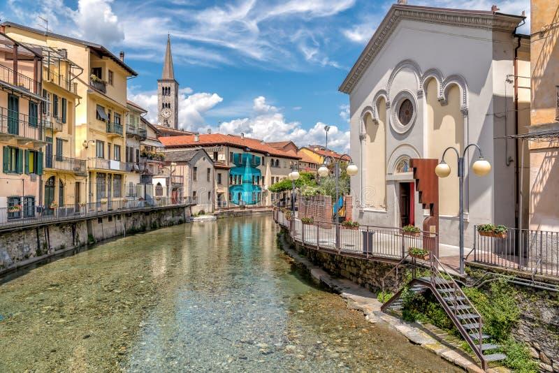 Widok Święty Kierowy krasomówstwo na kanale Sant Ambrogio kościół w historycznym centrum Omegna i, Podgórskim, Włochy zdjęcia royalty free