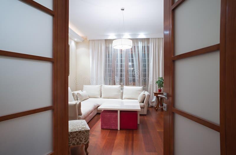 Widok żywy pokój przez otwarte drzwi zdjęcie stock