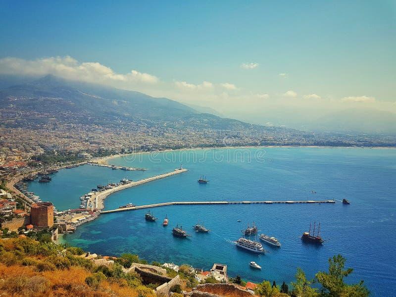 Widok Alanya schronienie przed zmierzchem Krajobraz z marina i rewolucjonistka górujemy w Alanya półwysepie, Antalya okręg Kizil  obrazy stock