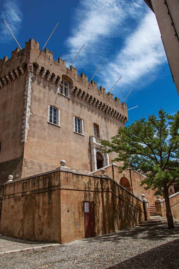 Widok aleja z drzewami i fasada Grimaldi Roszujemy w de zdjęcie stock