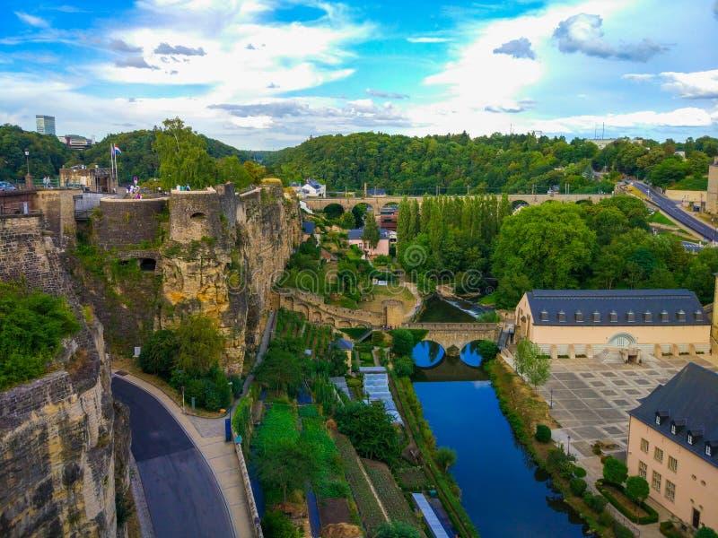 Widok Alzette rzeka w starym miasteczku Luksemburg miasto, Luksemburg, z St John Kościelnym kościół St John lub St Jean du fotografia stock