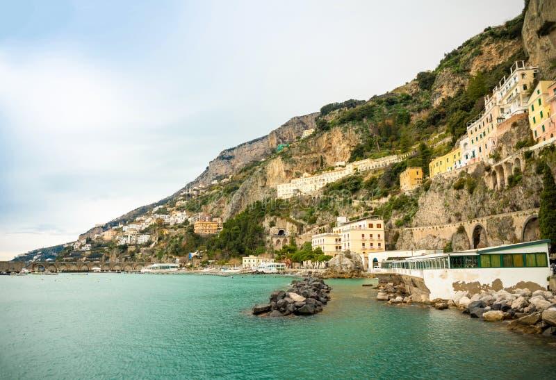 Widok Amalfi pejzaż miejski na wybrzeże linii morze śródziemnomorskie w zima czasie, Włochy zdjęcie royalty free