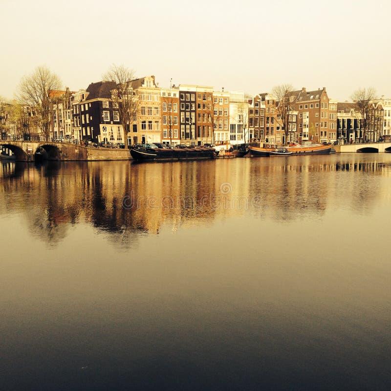 Widok Amstel kanał w Amsterdam holandie obraz stock
