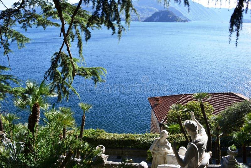 Widok antyczne rzeźby Giovan Battista Comolli willa Monastero i panoramiczny widok jeziorny Bellagio i Como zdjęcia stock
