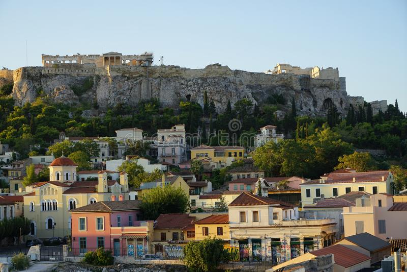 Widok antyczny akropol, Erechtheion, od Monasteraki kwadrata przez starych grodzkich sąsiedztwo budynków obrazy royalty free