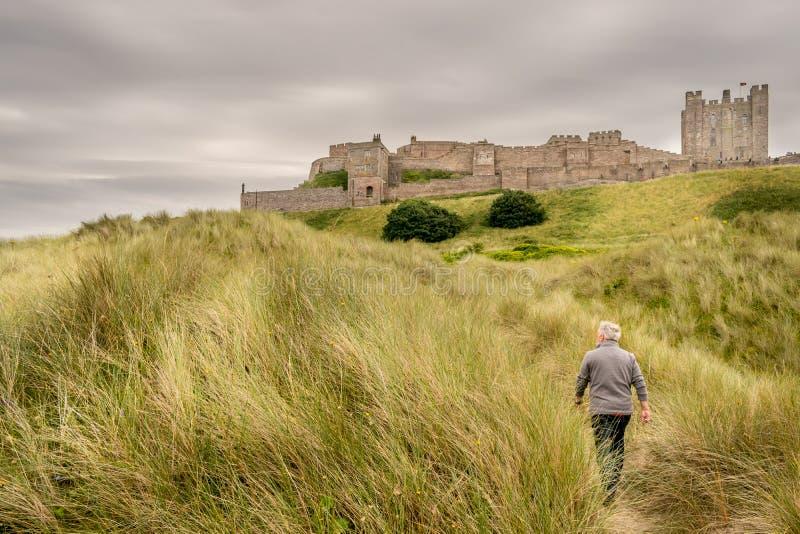 Widok antyczny kasztel na górze trawy wzgórza zdjęcie stock