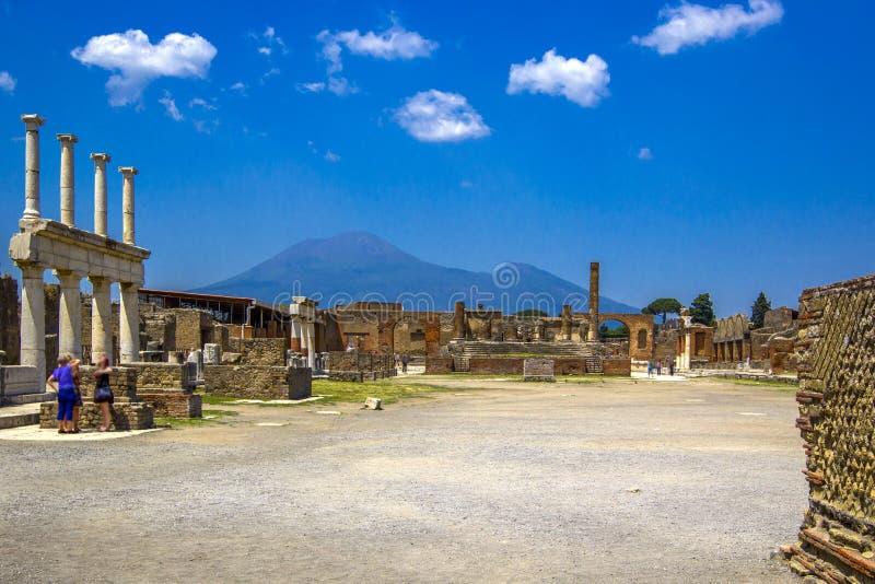 Widok antyczny miasto rujnować antyczne kolumny Vesuvius i wulkan, Pompeii Scavi di Pompei, Naples, Włochy zdjęcia stock