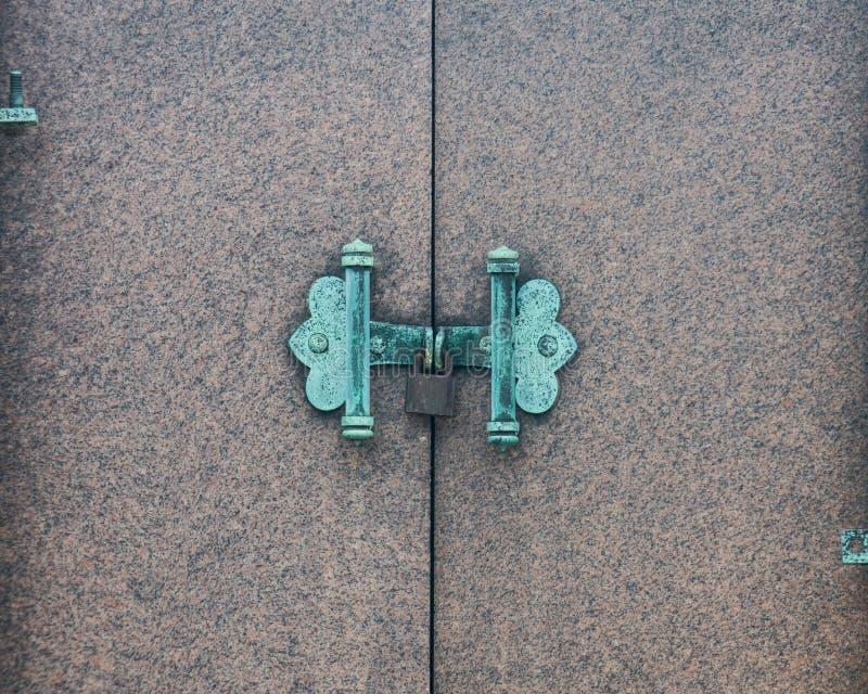 Widok Antykwarski drzwi blokował z Nieociosaną rocznik kłódką zdjęcie royalty free
