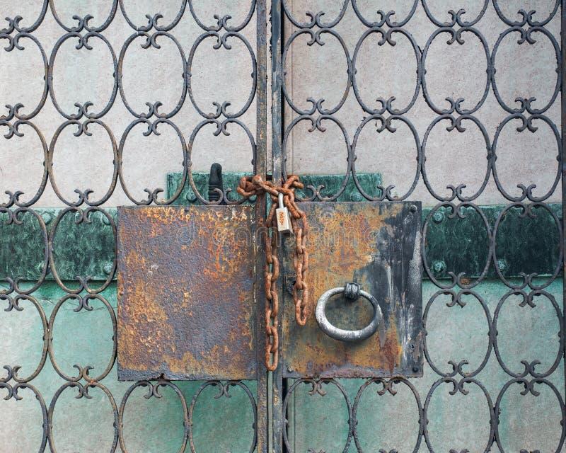 Widok Antykwarski drzwi blokował z Nieociosaną rocznik kłódką zdjęcie stock