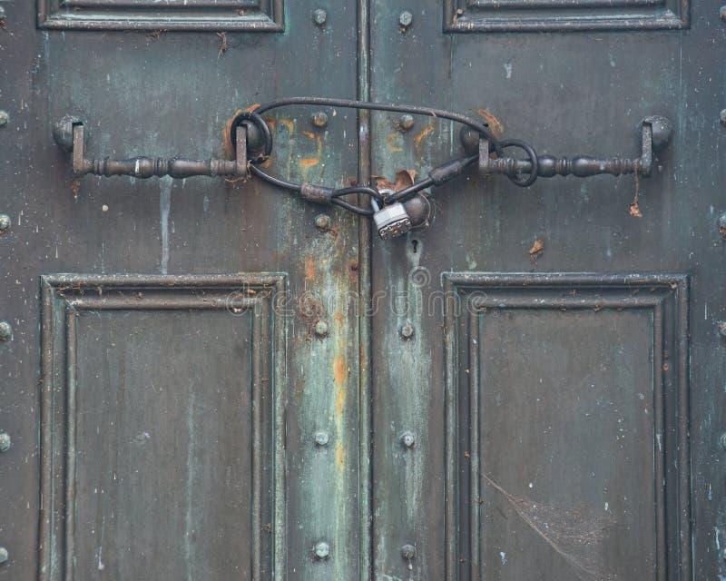 Widok Antykwarski drzwi blokowa? z Nieociosan? rocznik k??dk? obraz stock