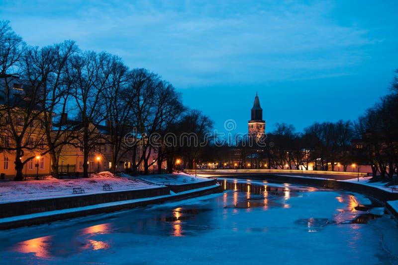 Widok aury rzeka przy nocą z Turku katedrą zdjęcia stock