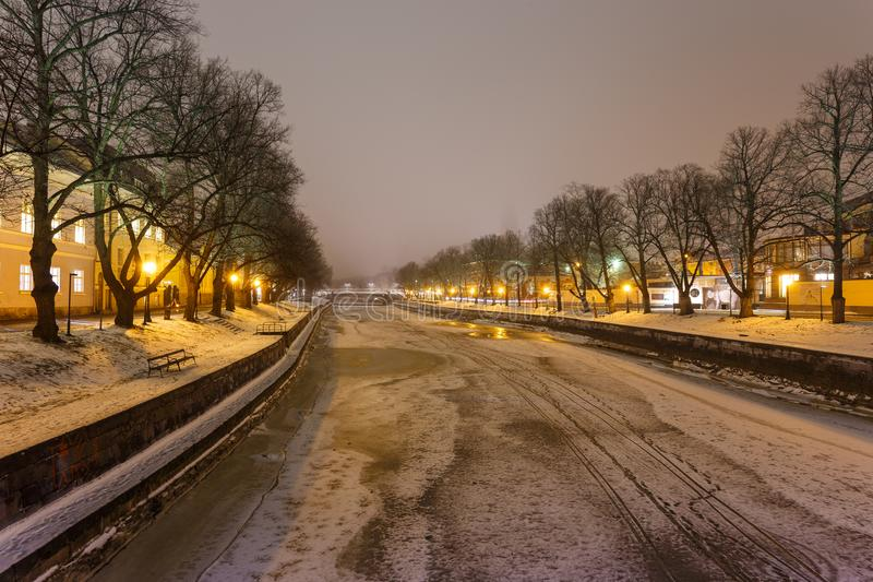 Widok aury rzeka w Turku nocą w zima czasie fotografia stock