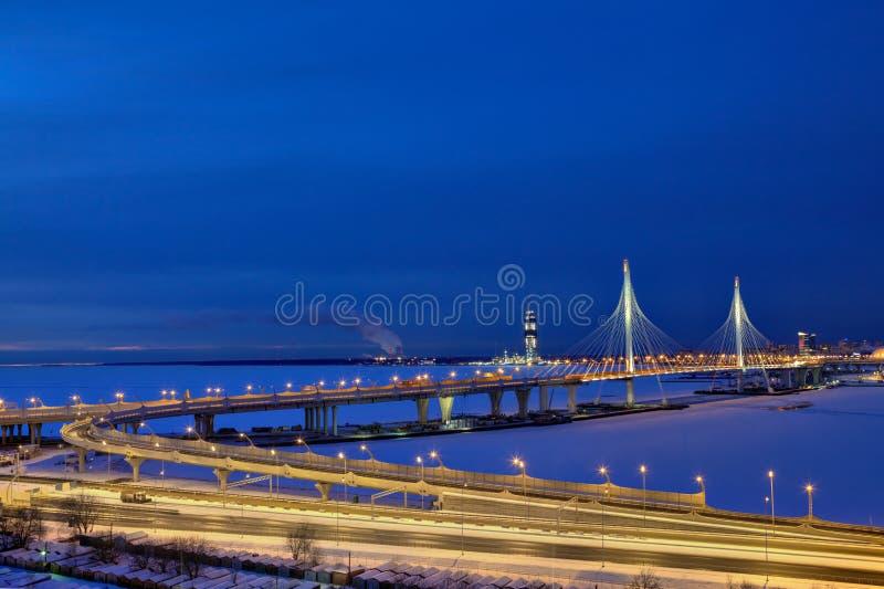 Widok autostrada most który krzyżuje zamarzniętą rzeczną zimy noc obraz royalty free