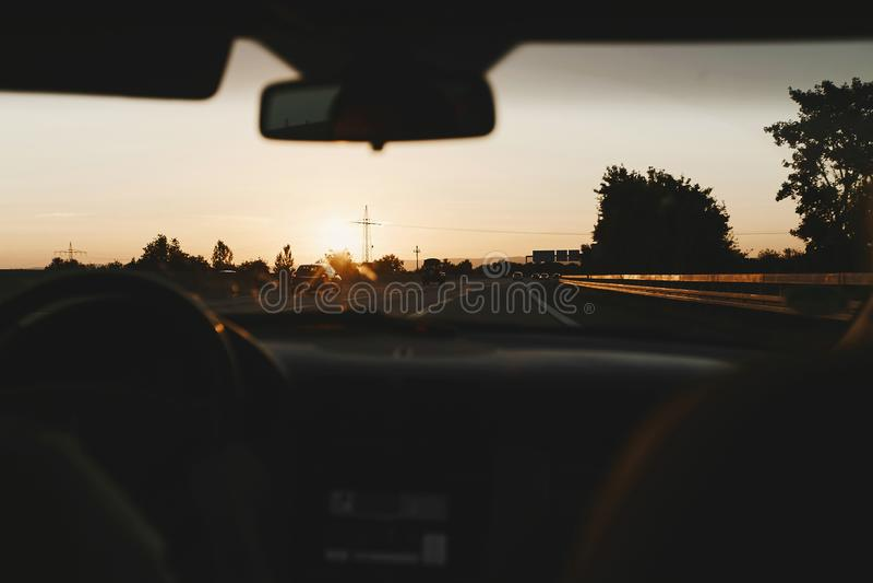 Widok autostrada z miasta przez przedniej szyby samochód, wnętrze samochód z widokiem sterowniczy weel zdjęcia royalty free