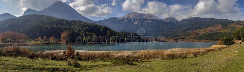 Widok błękitny, czysty, halny jeziorny Doxa Grecja, region Corinthia, Peloponnese na jesieni, słoneczny dzień fotografia stock