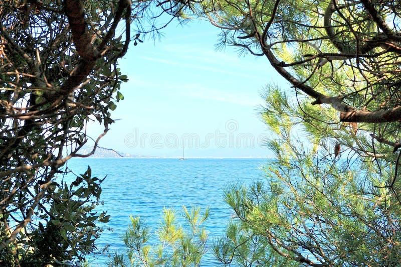 Widok błękitny morze śródziemnomorskie i żagiel łódź zdjęcie royalty free