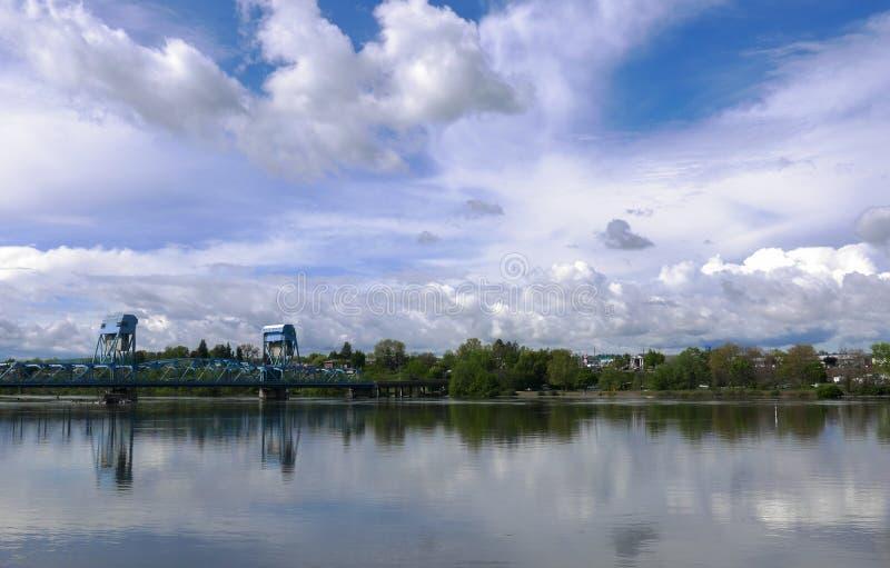 Widok błękitny most rozciąga się wąż rzekę z pięknym chmurnym błękitem obrazy royalty free